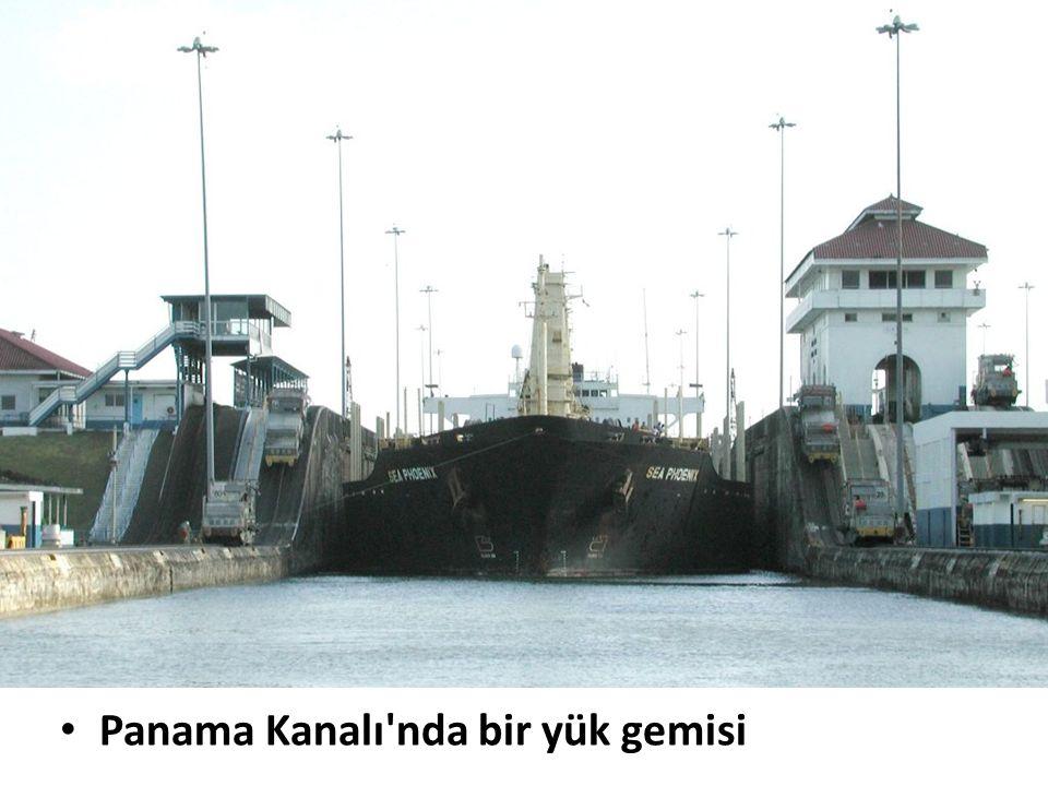 Panama Kanalı'nda bir yük gemisi