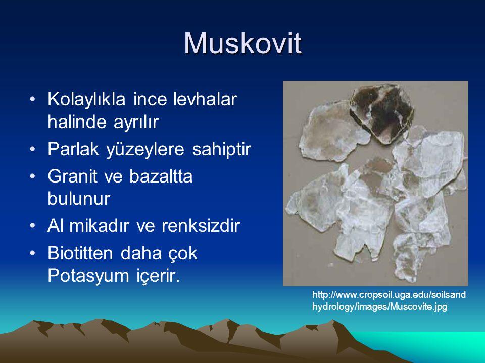 Muskovit Kolaylıkla ince levhalar halinde ayrılır Parlak yüzeylere sahiptir Granit ve bazaltta bulunur Al mikadır ve renksizdir Biotitten daha çok Potasyum içerir.