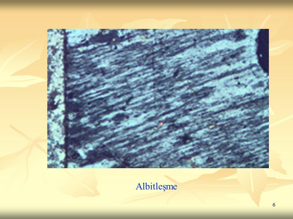 17 6.Epidotlaşma: 6.Epidotlaşma: Kökeni epitermal olan ve epidot (veya zoisit) oluşumu ile veya kayaçlarda bulunan alüminyumlu ferromagnezyen silikatlarının epidota dönüşümü ile sonuçlanan bir süreçtir.