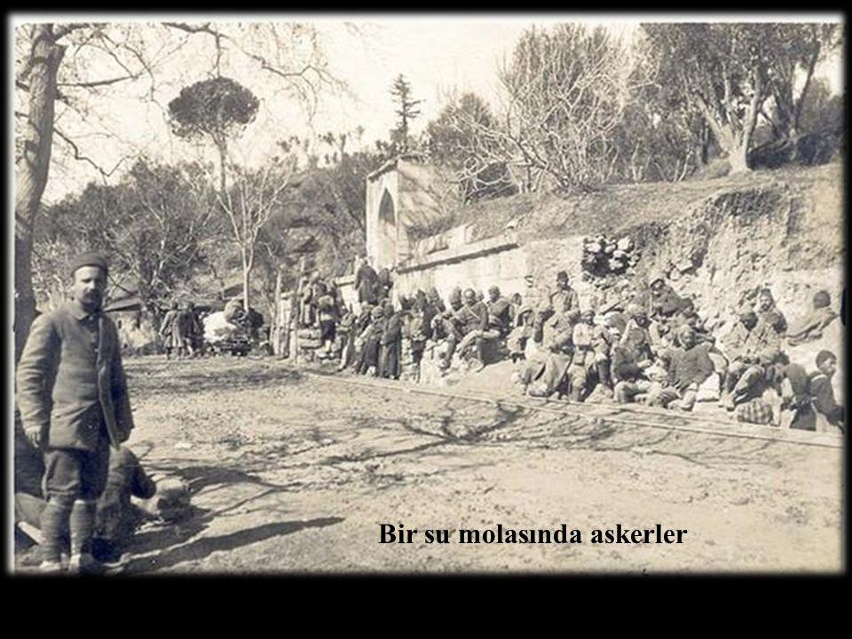 Bir su molasında askerler