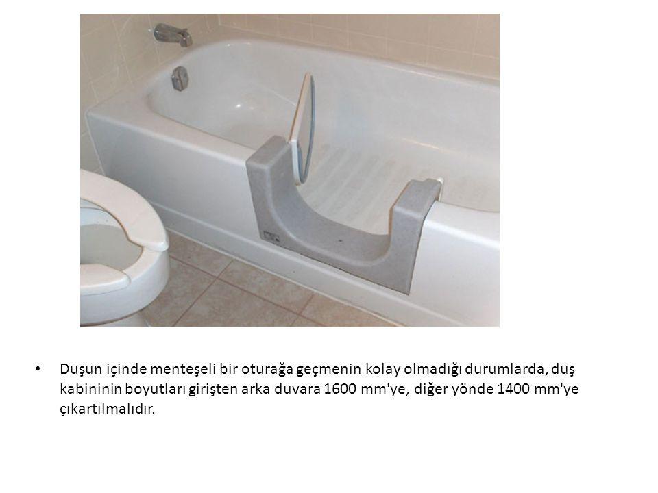 Duşun içinde menteşeli bir oturağa geçmenin kolay olmadığı durumlarda, duş kabininin boyutları girişten arka duvara 1600 mm'ye, diğer yönde 1400 mm'ye