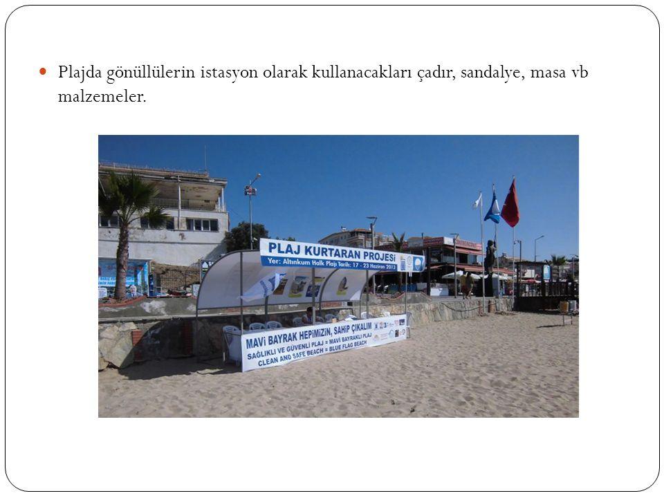 Plajda gönüllülerin istasyon olarak kullanacakları çadır, sandalye, masa vb malzemeler.