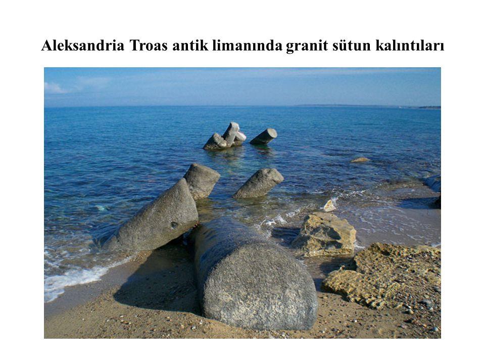 Aleksandria Troas antik limanında granit sütun kalıntıları