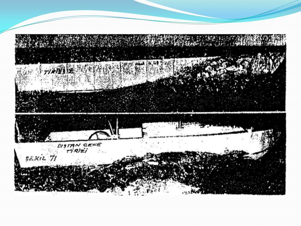Fotoğraftan da anlaşılacağı gibi tirizli teknenin dalga kırma ve serpinti önleme performansı tirizsiz tekneye göre bir hayli iyidir.