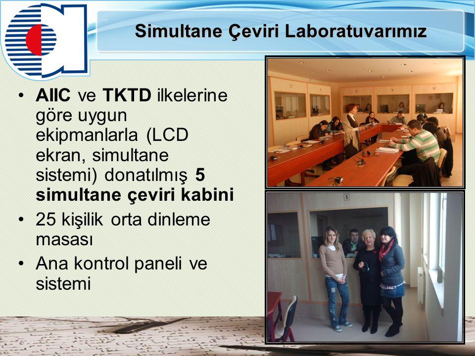 Simultane Çeviri Laboratuvarımız AIIC ve TKTD ilkelerine göre uygun ekipmanlarla (LCD ekran, simultane sistemi) donatılmış 5 simultane çeviri kabini 2