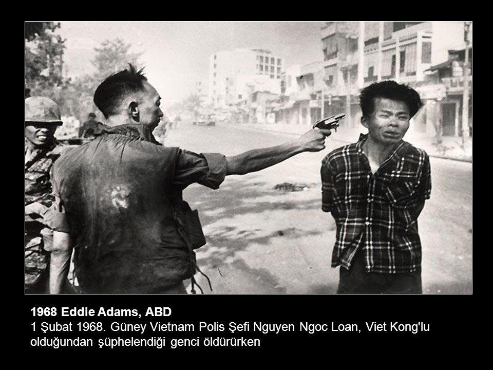 1965 Kyoichi Sawada, Japonya Güney Vietnam da anne ve çocukları ABD bombalarından kaçmak için nehri geçmeye çalışıyor