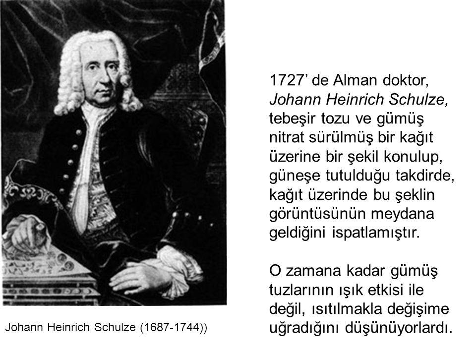 1727' de Alman doktor, Johann Heinrich Schulze, tebeşir tozu ve gümüş nitrat sürülmüş bir kağıt üzerine bir şekil konulup, güneşe tutulduğu takdirde,