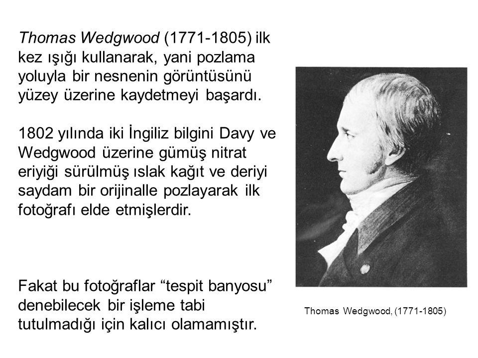 Thomas Wedgwood (1771-1805) ilk kez ışığı kullanarak, yani pozlama yoluyla bir nesnenin görüntüsünü yüzey üzerine kaydetmeyi başardı. 1802 yılında iki