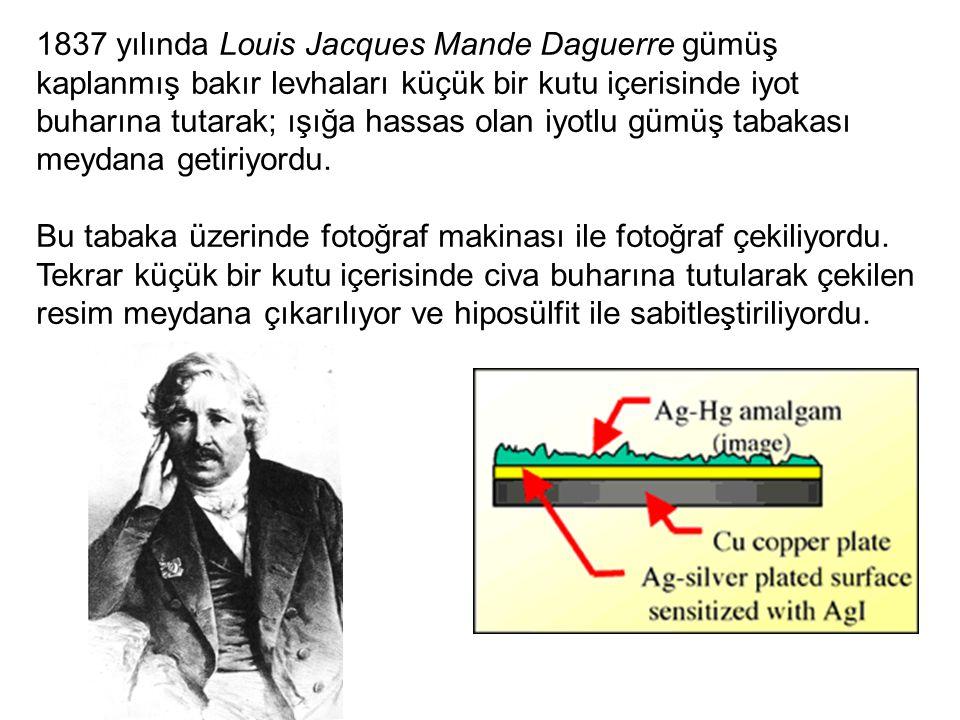 1837 yılında Louis Jacques Mande Daguerre gümüş kaplanmış bakır levhaları küçük bir kutu içerisinde iyot buharına tutarak; ışığa hassas olan iyotlu gü