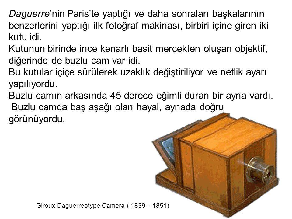 Daguerre'nin Paris'te yaptığı ve daha sonraları başkalarının benzerlerini yaptığı ilk fotoğraf makinası, birbiri içine giren iki kutu idi. Kutunun bir