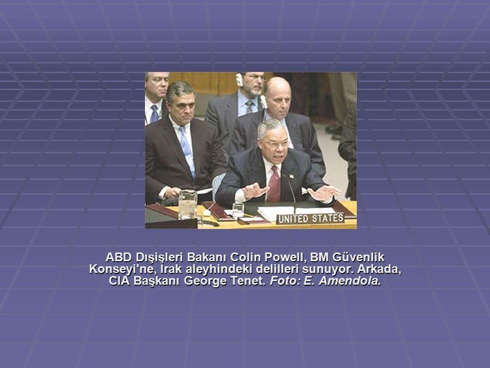 ABD Dışişleri Bakanı Colin Powell, BM Güvenlik Konseyi'ne, Irak aleyhindeki delilleri sunuyor. Arkada, CIA Başkanı George Tenet. Foto: E. Amendola.