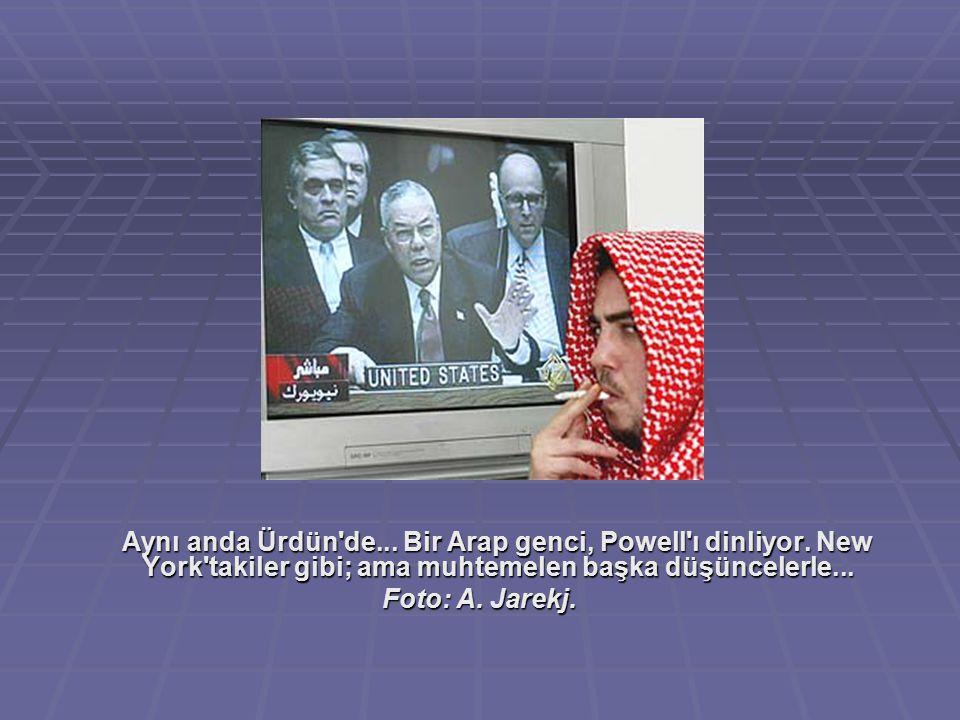 Aynı anda Ürdün'de... Bir Arap genci, Powell'ı dinliyor. New York'takiler gibi; ama muhtemelen başka düşüncelerle... Foto: A. Jarekj.