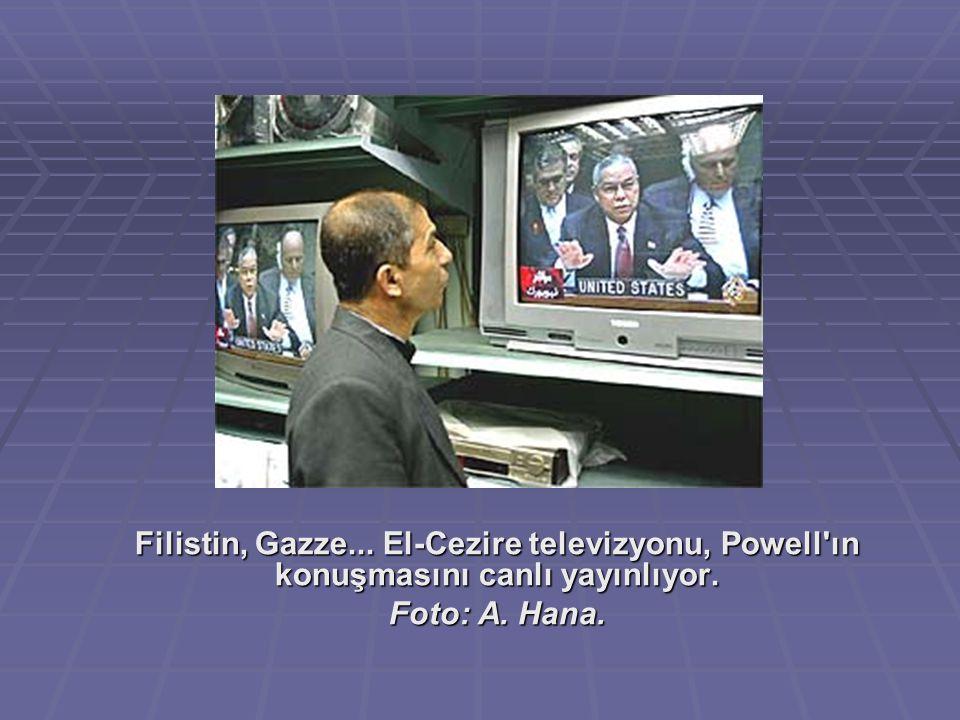 Filistin, Gazze... El-Cezire televizyonu, Powell'ın konuşmasını canlı yayınlıyor. Foto: A. Hana.