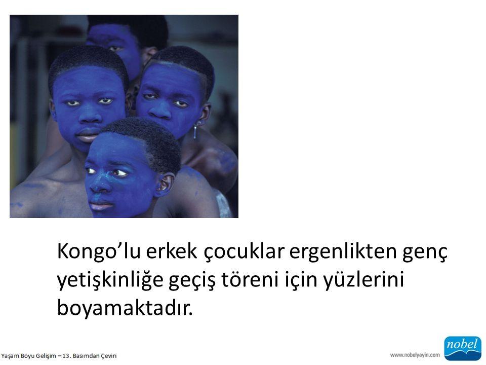 Kongo'lu erkek çocuklar ergenlikten genç yetişkinliğe geçiş töreni için yüzlerini boyamaktadır.