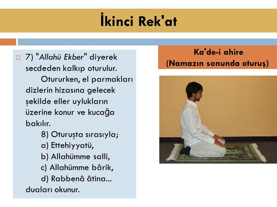  7) Allahü Ekber diyerek secdeden kalkıp oturulur.