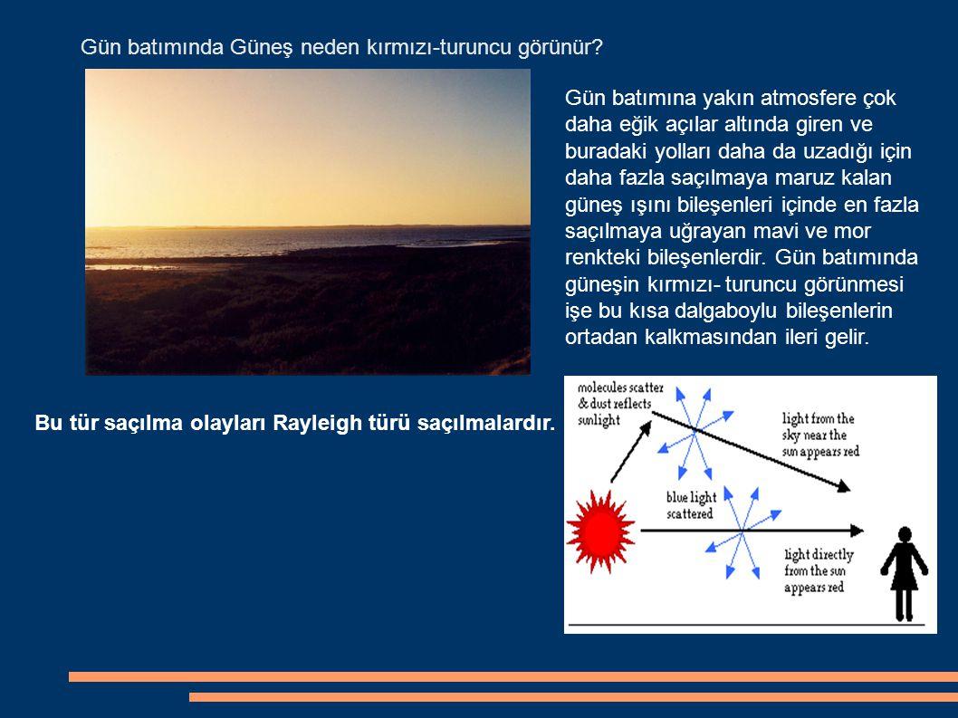 Gün batımında Güneş neden kırmızı-turuncu görünür? Gün batımına yakın atmosfere çok daha eğik açılar altında giren ve buradaki yolları daha da uzadığı