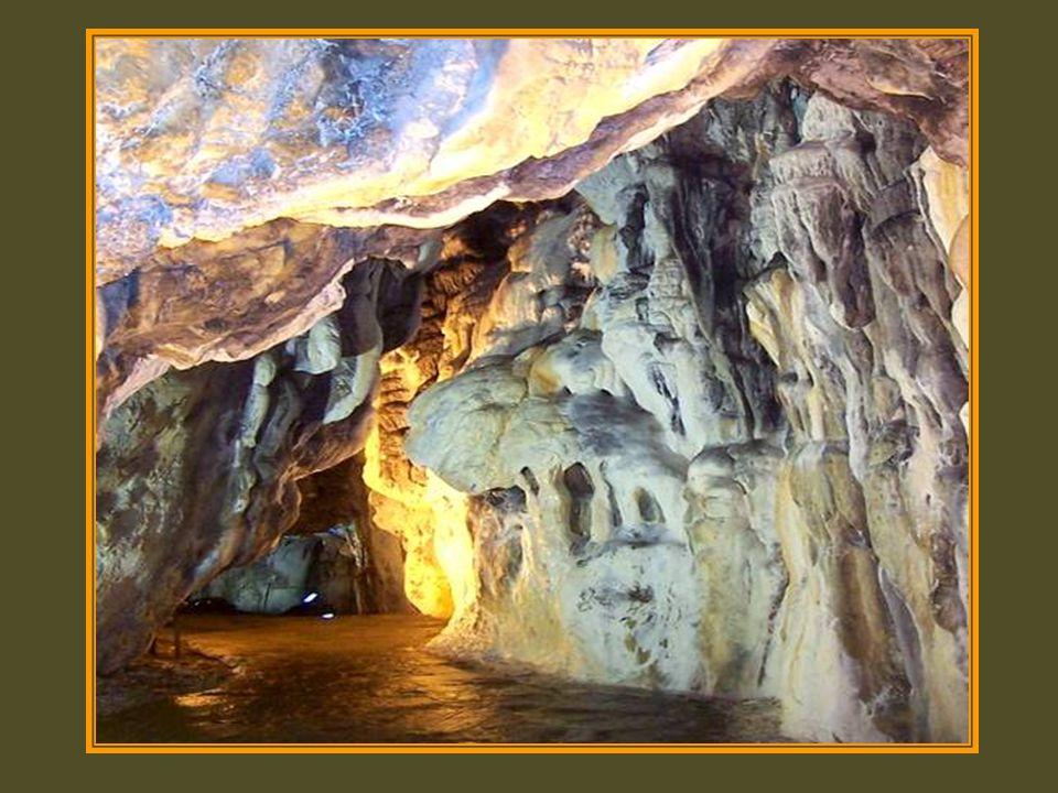 Mağaranın henüz tespit edilebilen 3.5 kilometrelik bölümü, çeşitli büyüklüklerde ve renklerde traverten ve sarkıtlardan oluşuyor.
