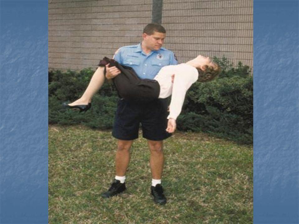 Kısa Mesafede Süratli Taşıma Teknikleri 2-İlkyardımcının Omzundan Destek Alma: 2-İlkyardımcının Omzundan Destek Alma: Hafif yaralı ve yürüyebilecek durumdaki hasta/yaralıların taşınmasında kullanılır.