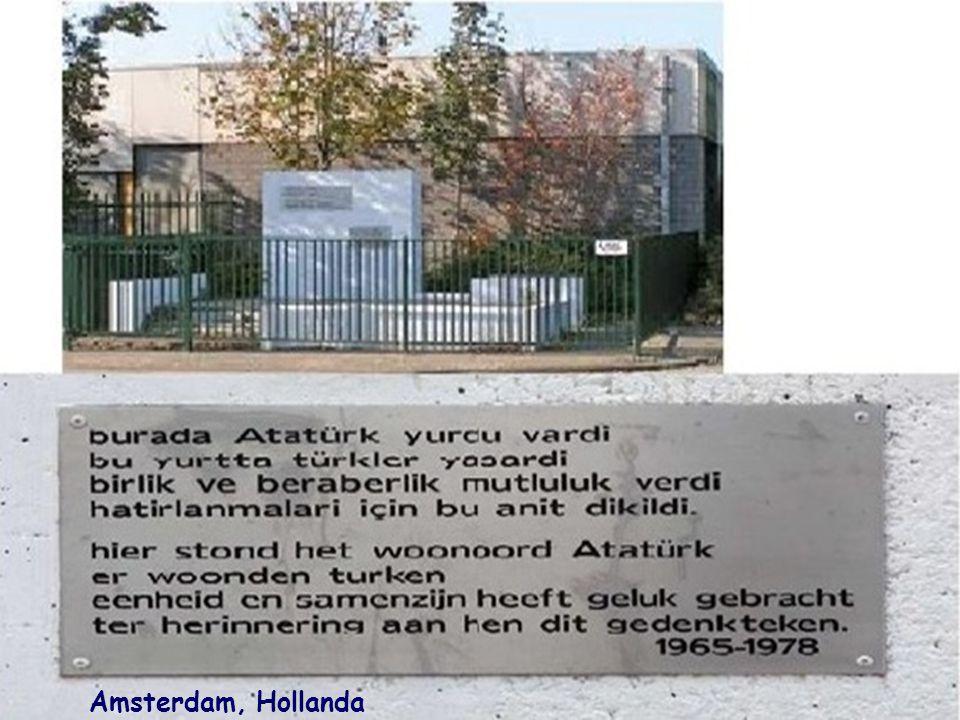 San Diago, Şili Rölyefin bulunduğu anıt duvarın üzerindeki yazı: Türkiye Cumhuriyeti'nin kurucusu, Vatanının fedakar ve sadık hizmetkarı, benzeri olmayan kahraman, milletin insanlık idealinin canlı misali..