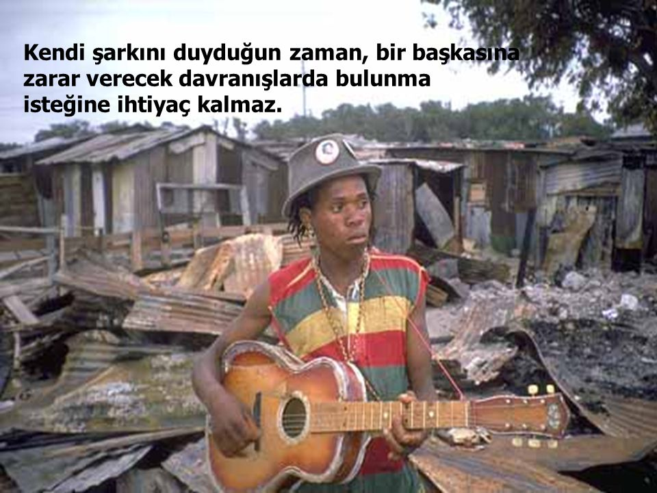 Bir insan kabul edilmez bir cürüm işlediğinde, kabile toplanır ve ona şarkısını söyler.