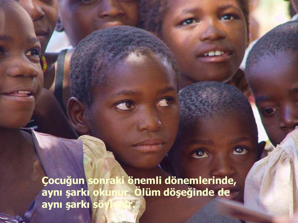 Çocuk doğduğunda, tüm kabile toplanarak ona şarkısını söyler.