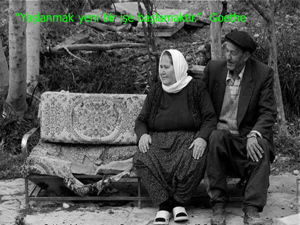 Yaşlılık tanımı ve sınırları, ortalama yaşam süresine bağlı olarak, tarih boyunca ve toplumdan topluma değişkenlik gösteriyor.