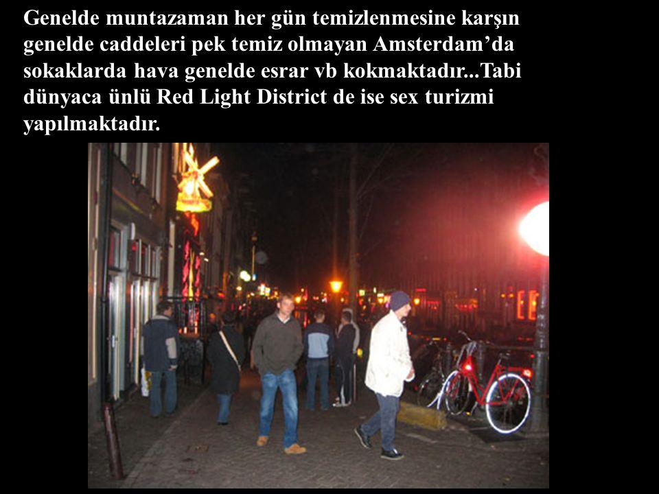 Genelde muntazaman her gün temizlenmesine karşın genelde caddeleri pek temiz olmayan Amsterdam'da sokaklarda hava genelde esrar vb kokmaktadır...Tabi dünyaca ünlü Red Light District de ise sex turizmi yapılmaktadır.