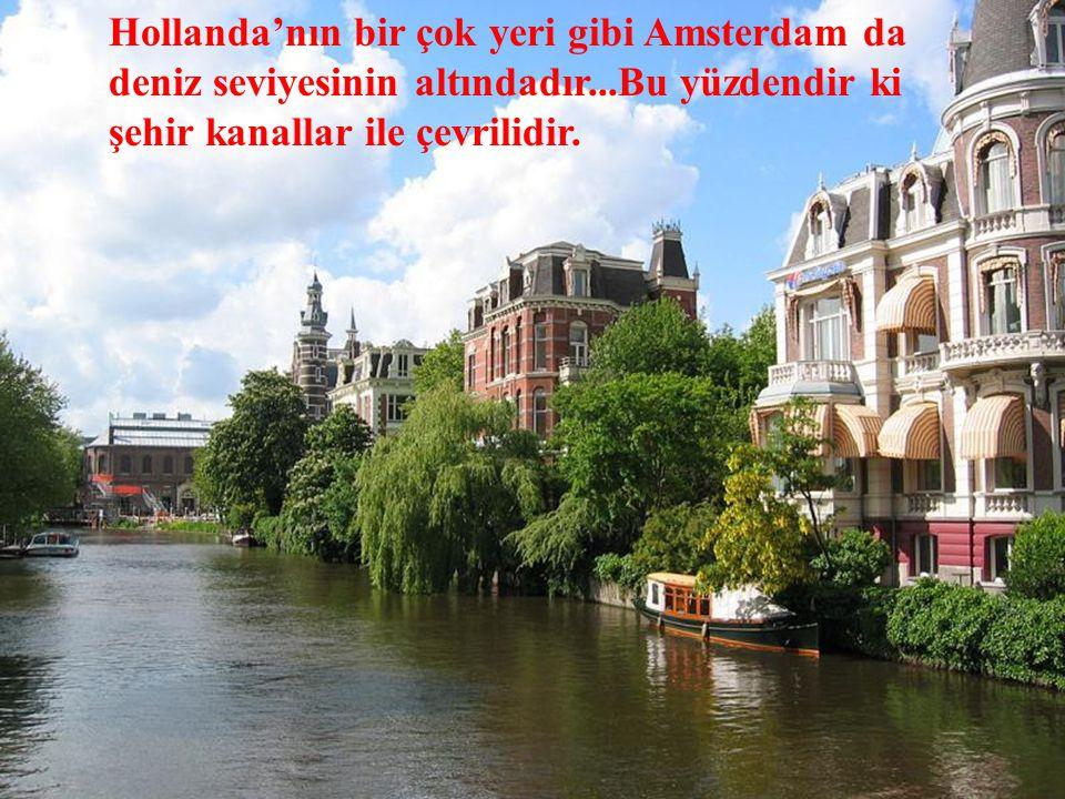 Hollanda'nın bir çok yeri gibi Amsterdam da deniz seviyesinin altındadır...Bu yüzdendir ki şehir kanallar ile çevrilidir.