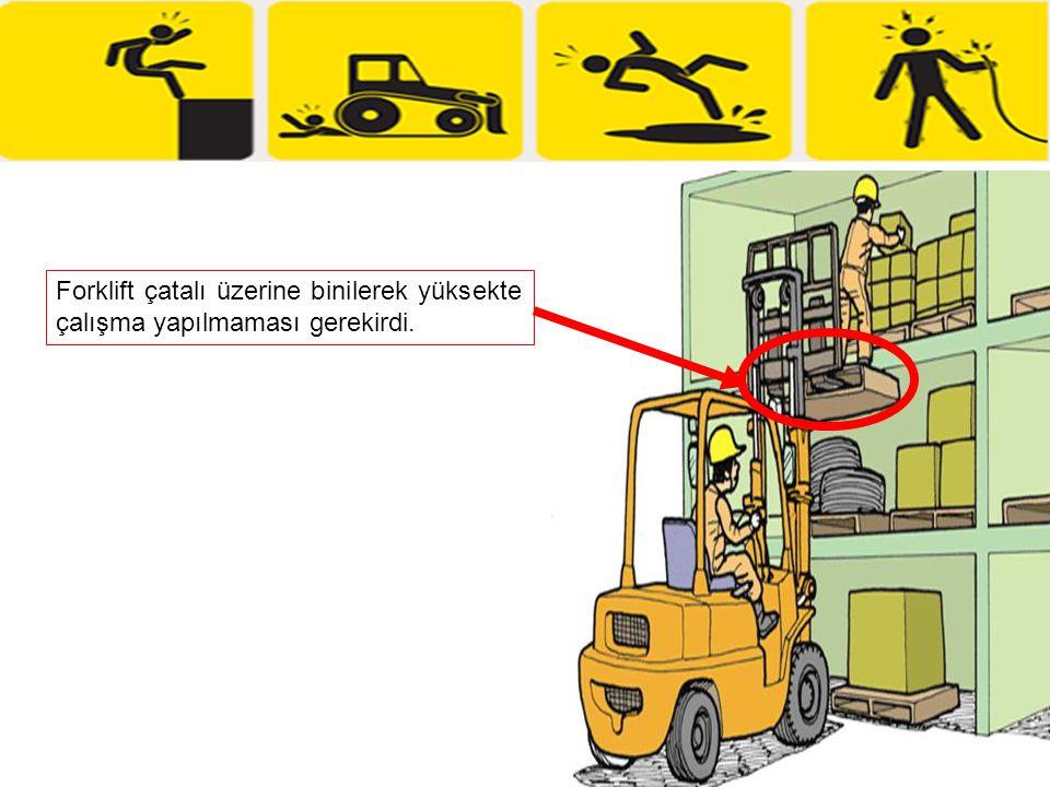 Kazadan Önceki Durum Depodaki ampülü değiştirmek için paletler forklift çatalında üst üste konuyor ve kişi paletlerin üzerine çıkıyor.