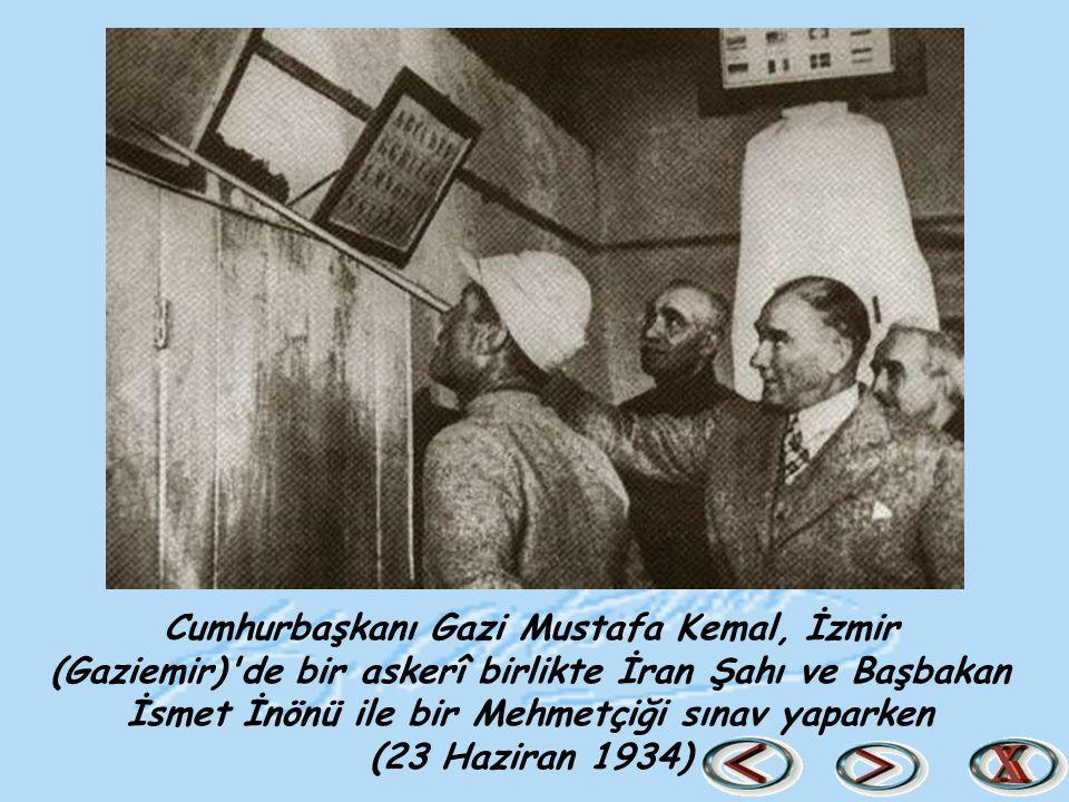 Cumhurbaşkanı Gazi Mustafa Kemal, İzmir (Gaziemir)'de bir askerî birlikte İran Şahı ve Başbakan İsmet İnönü ile bir Mehmetçiği sınav yaparken (23 Hazi