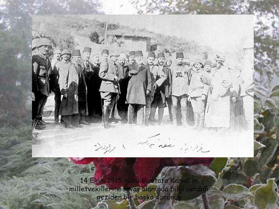 Anafartalar Grup Komutanı M. Kemal muharebe arkadaşlarıyla (1915). Soldan; Kur. Bşk. Yb. İzzettin (Org. Çalışlar), arkasında Kur. Yzb. Tevfik (Kur. Al