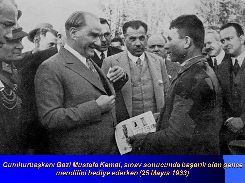 Cumhurbaşkanı Gazi Mustafa Kemal, Orman Çiftliği nde bir genci sınav yaparken (25 Mayıs 1933)
