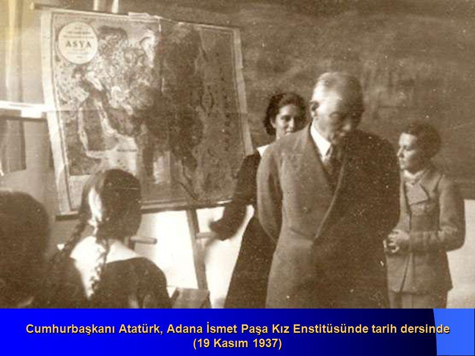 Cumhurbaşkanı Atatürk, Mersin de öğretmen ve öğrencileri selâmlarken (19 Kasım 1937)