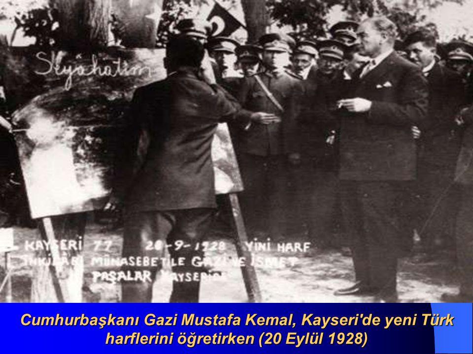 Atatürk Adana da öğrencilerle (19 Kasım 1937)