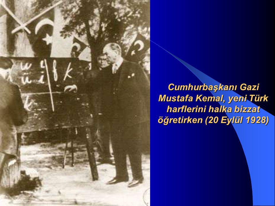 Cumhurbaşkanı Atatürk, Pertek te öğrencilerle konuşurken (17 Kasım 1937)