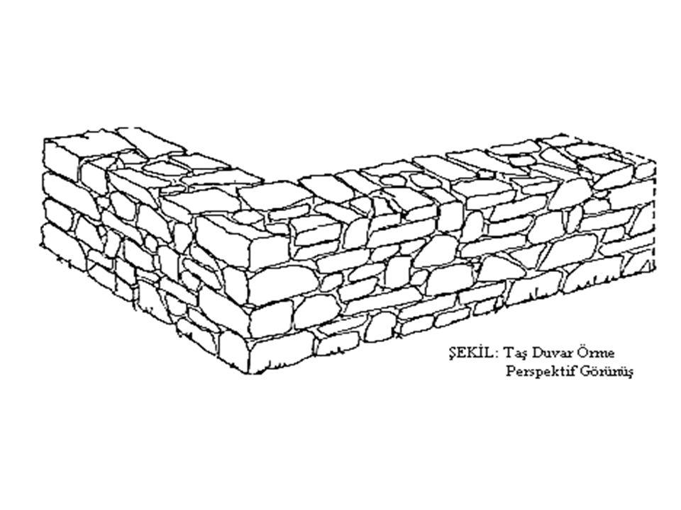 Moloz Taş Duvarlar: Taş ocağından çıkartılan taşların hiçbir işlem yapılmadan kullanılmasıyla oluşturulan duvar türüdür.