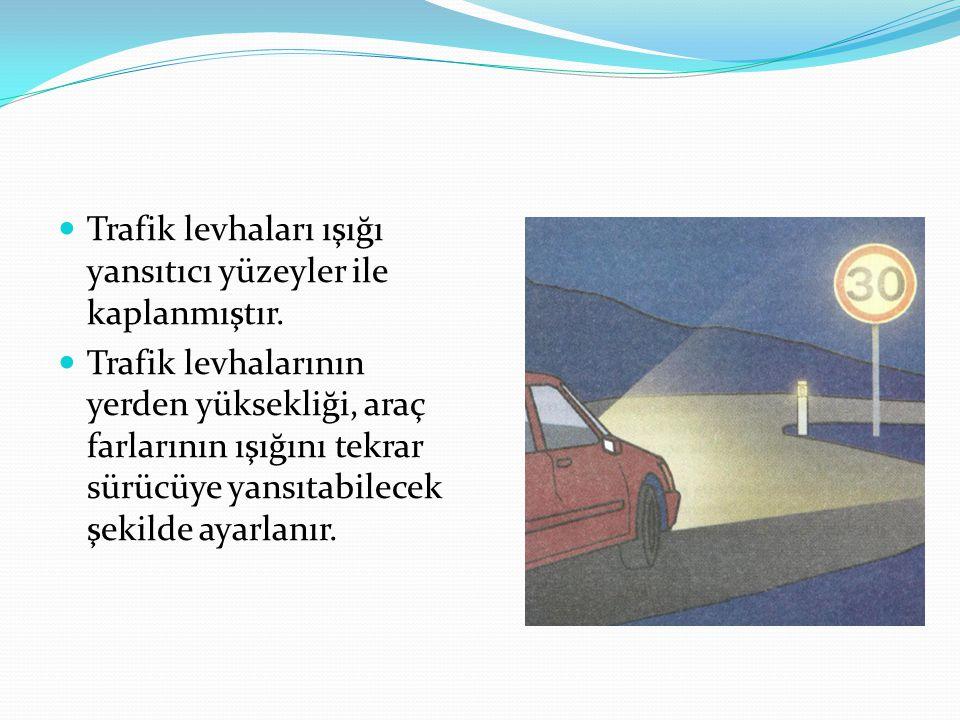 Trafik levhaları ışığı yansıtıcı yüzeyler ile kaplanmıştır. Trafik levhalarının yerden yüksekliği, araç farlarının ışığını tekrar sürücüye yansıtabile
