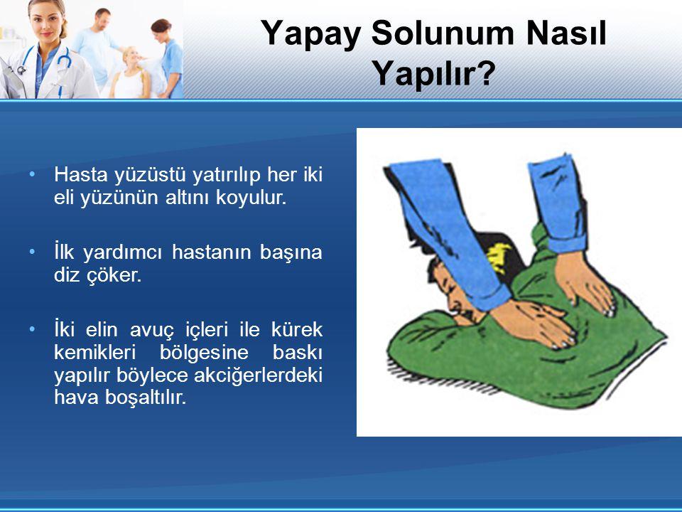 Hasta yüzüstü yatırılıp her iki eli yüzünün altını koyulur. İlk yardımcı hastanın başına diz çöker. İki elin avuç içleri ile kürek kemikleri bölgesine