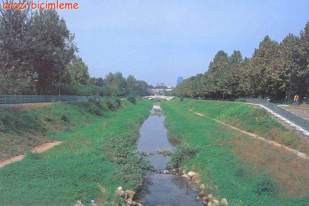 arazi biçimleme 1. Doğal drenajın sağlanması 1. Doğal drenaj sistemi korunur, 2.Yüzey suyunun, doğal drenaj sistemine akışını sağlayan kanallar oluştu