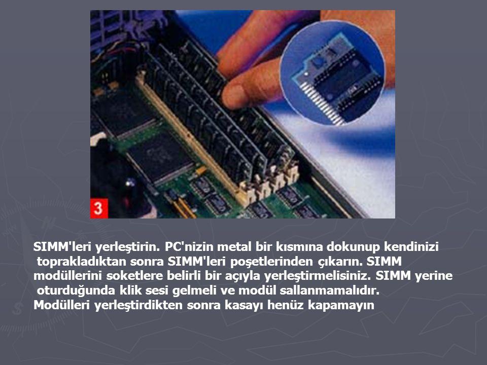 SIMM'leri yerleştirin. PC'nizin metal bir kısmına dokunup kendinizi toprakladıktan sonra SIMM'leri poşetlerinden çıkarın. SIMM modüllerini soketlere b