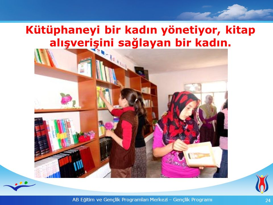 24 AB Eğitim ve Gençlik Programları Merkezi – Gençlik Programı Kütüphaneyi bir kadın yönetiyor, kitap alışverişini sağlayan bir kadın.