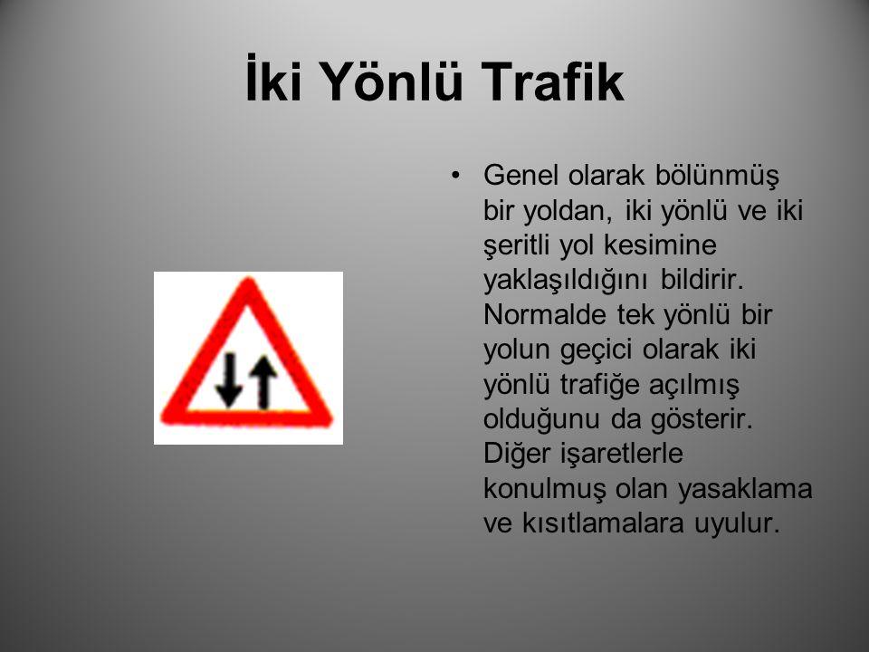 İki Yönlü Trafik Genel olarak bölünmüş bir yoldan, iki yönlü ve iki şeritli yol kesimine yaklaşıldığını bildirir. Normalde tek yönlü bir yolun geçici