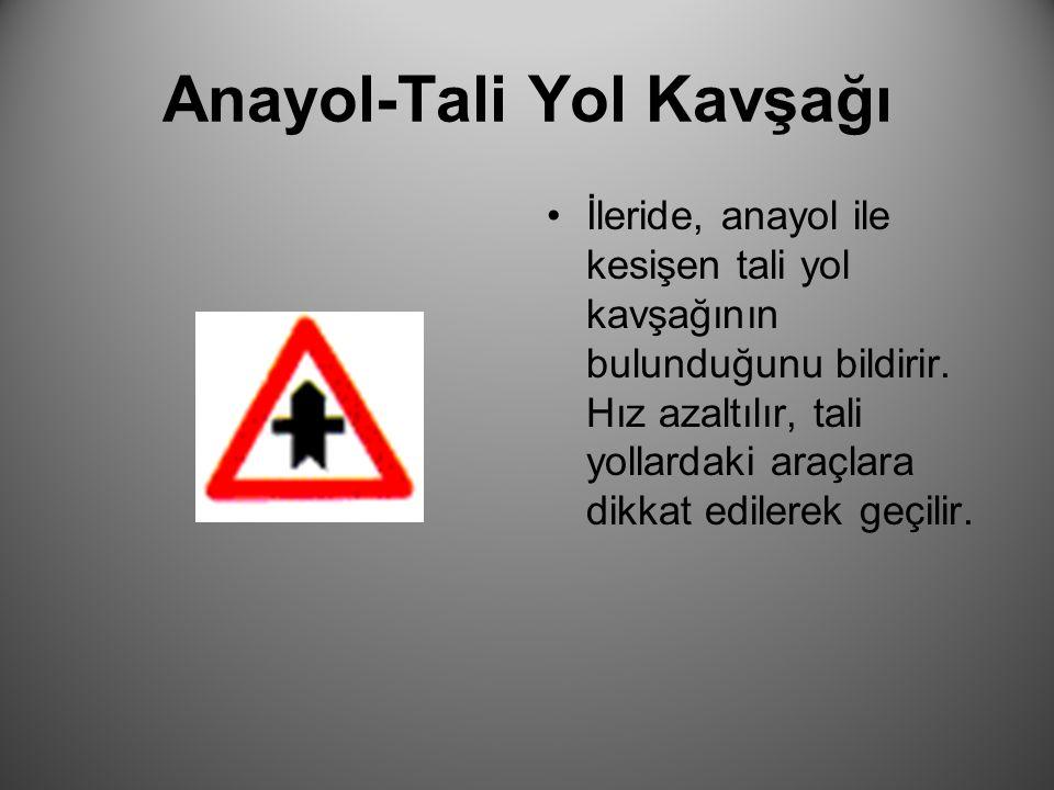 Anayol-Tali Yol Kavşağı İleride, anayol ile kesişen tali yol kavşağının bulunduğunu bildirir. Hız azaltılır, tali yollardaki araçlara dikkat edilerek