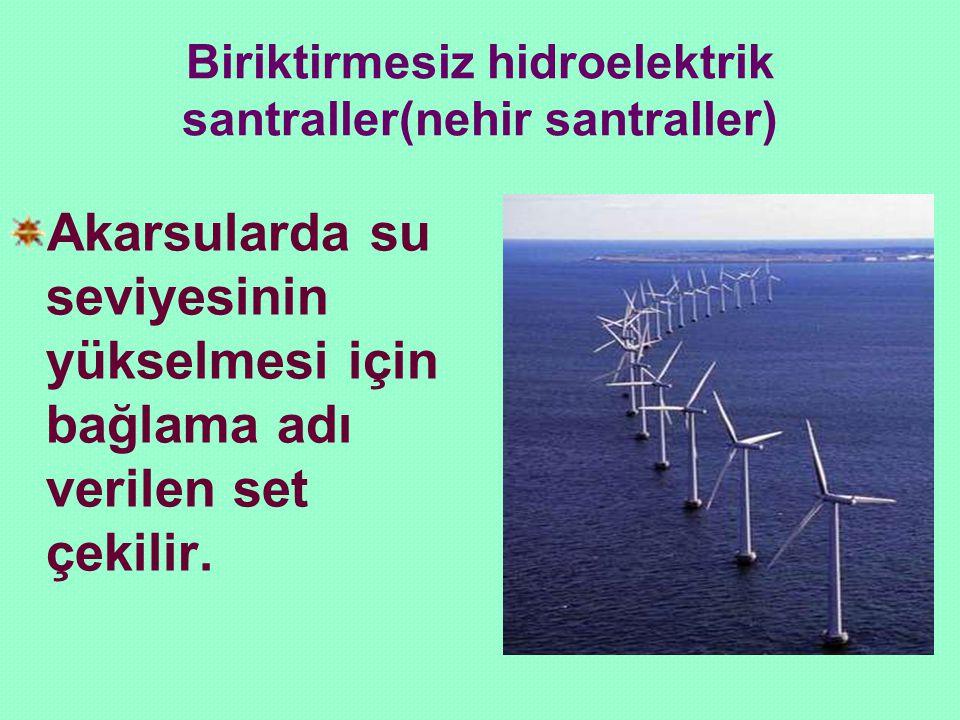 Biriktirmesiz hidroelektrik santraller(nehir santraller) Akarsularda su seviyesinin yükselmesi için bağlama adı verilen set çekilir.