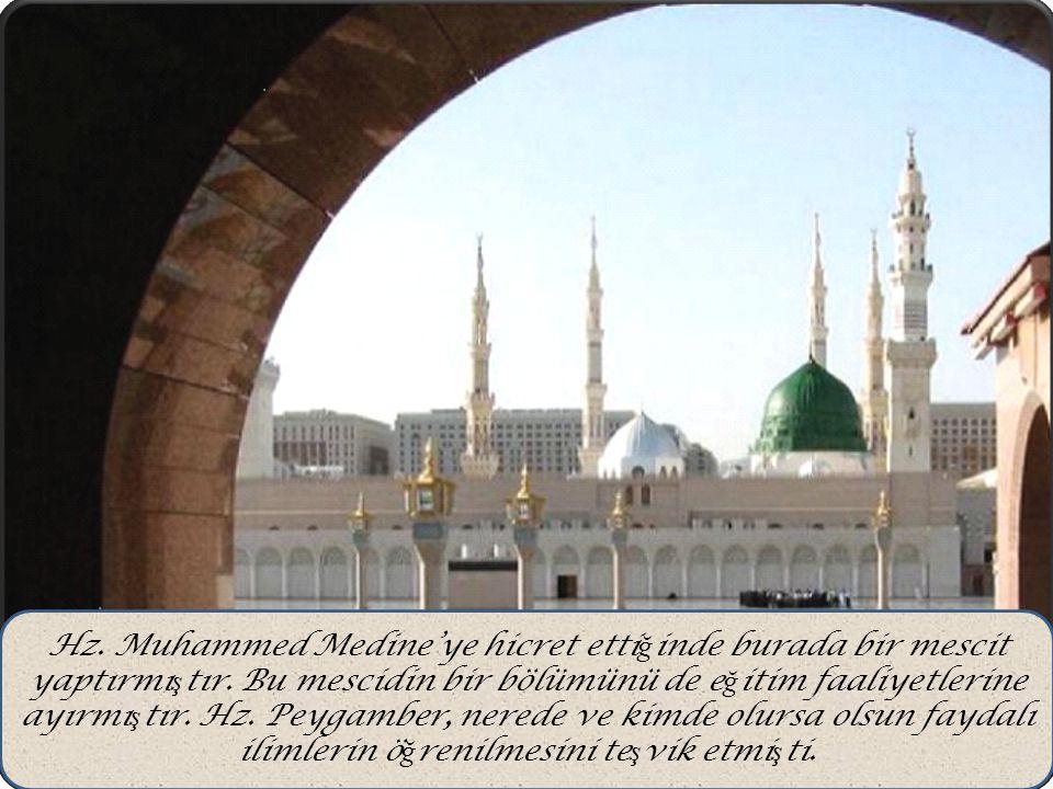 Hz. Muhammed Medine'ye hicret etti ğ inde burada bir mescit yaptırmı ş tır. Bu mescidin bir bölümünü de e ğ itim faaliyetlerine ayırmı ş tır. Hz. Peyg