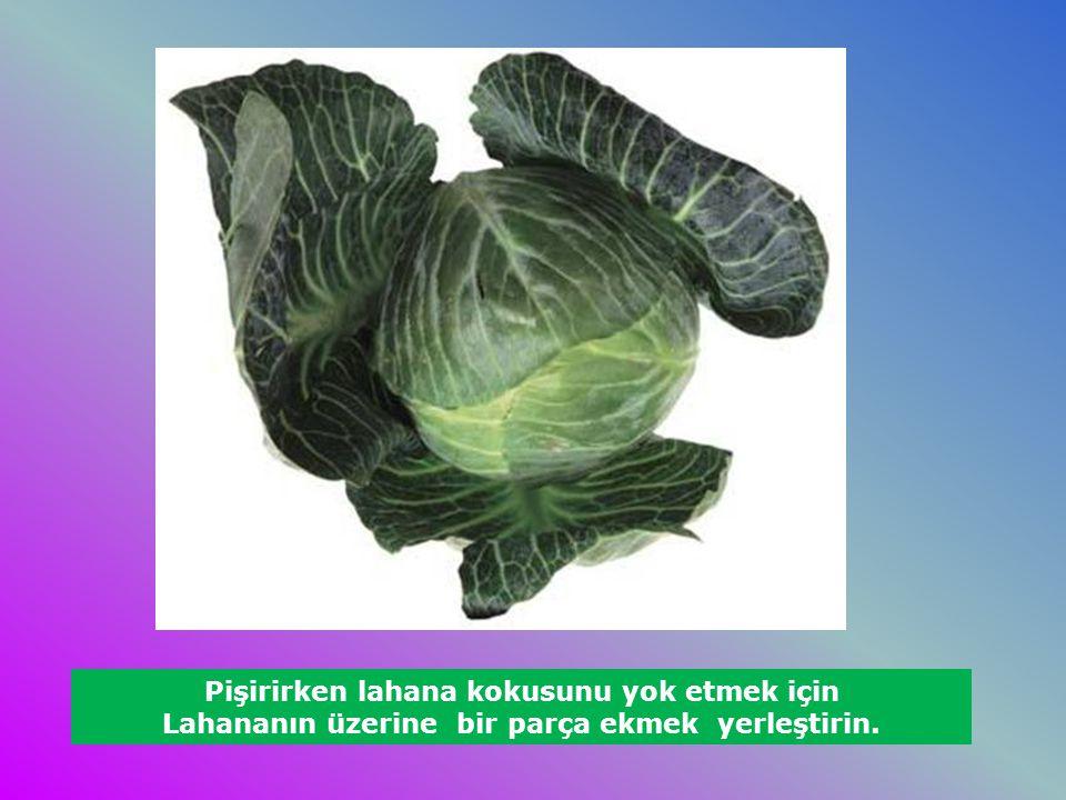 Pişirirken lahana kokusunu yok etmek için Lahananın üzerine bir parça ekmek yerleştirin.