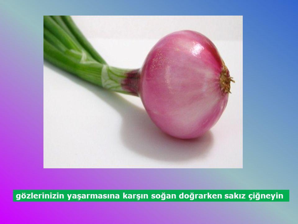 gözlerinizin yaşarmasına karşın soğan doğrarken sakız çiğneyin