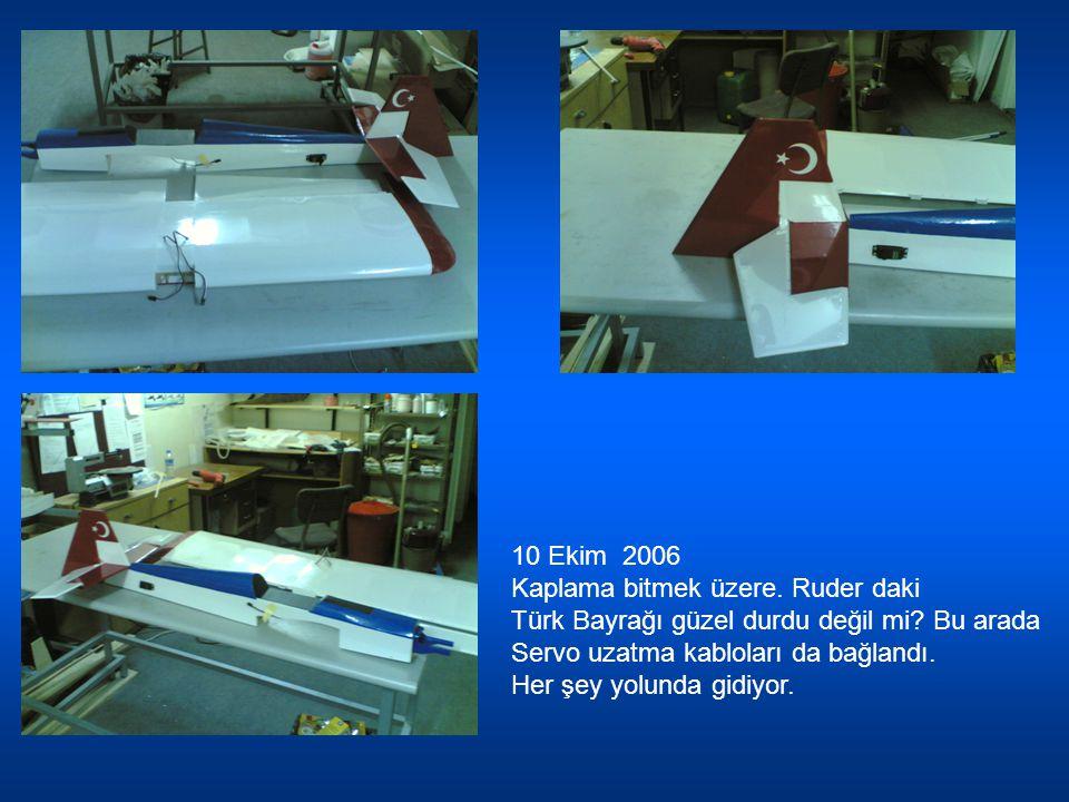 10 Ekim 2006 Kaplama bitmek üzere. Ruder daki Türk Bayrağı güzel durdu değil mi? Bu arada Servo uzatma kabloları da bağlandı. Her şey yolunda gidiyor.