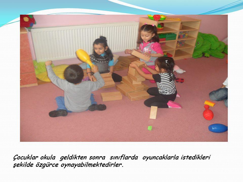 Çocuklar okula geldikten sonra sınıflarda oyuncaklarla istedikleri şekilde özgürce oynayabilmektedirler.