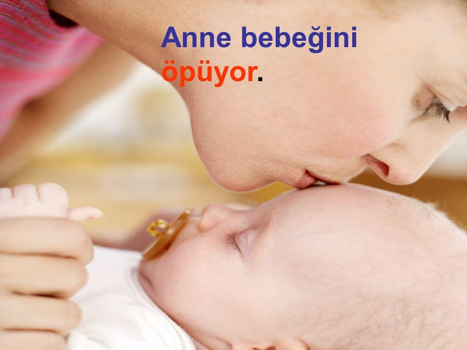 . Anne bebeğini öpüyor.